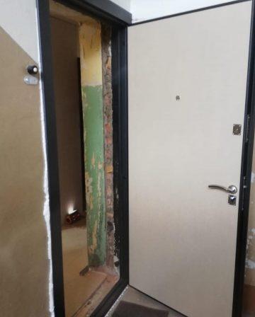 metala durvju montaza